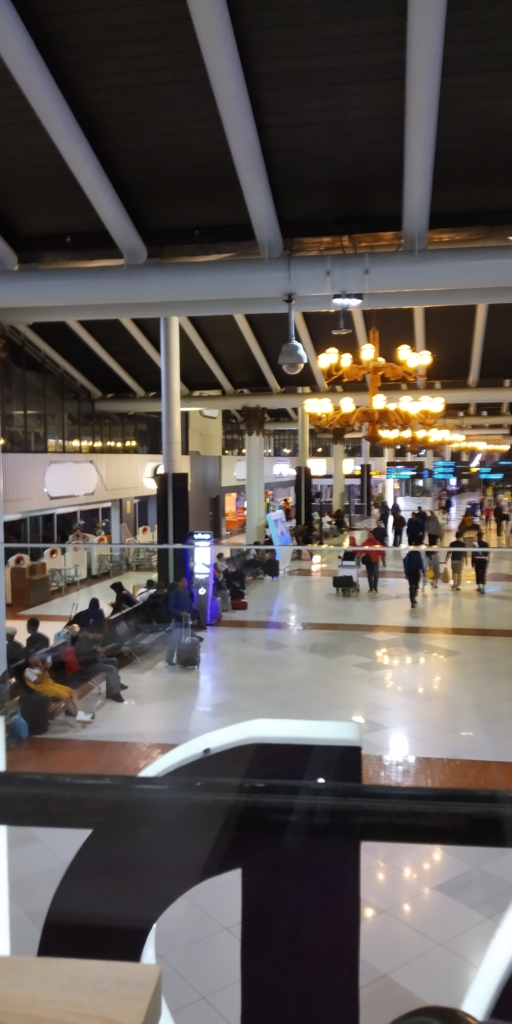 Makan dan istirahat sejenak di Soekarno Hatta Airport